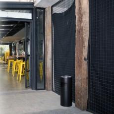 Scrumiera exterioara cu capac perforat pentru hotel 18 l, Negru/Cromat
